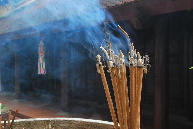 Maß ist gefragt: Der Rauch von Räucherstäbchen kann deiner Gesundheit schädigen.