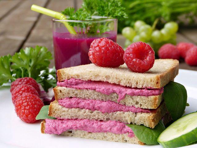 Rote-Beete-Aufstrich ist eine gesunde Option für dein Pausenbrot.