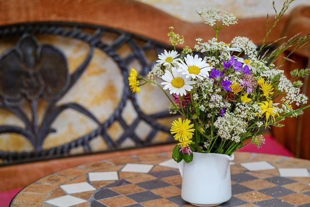 Ein Strauß aus saisonalen, eventuell selbstgepflückten Blumen bringt Farbe in dein Schlafzimmer.