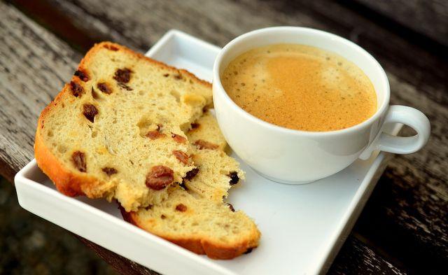 Ein warmer Kaffee oder Tee verwöhnt dich am Morgen.