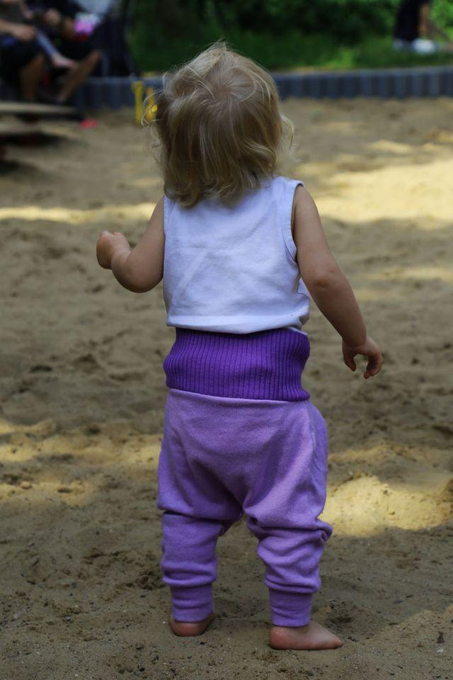 Lila Baby Hose von hinten / Tipps Eltern