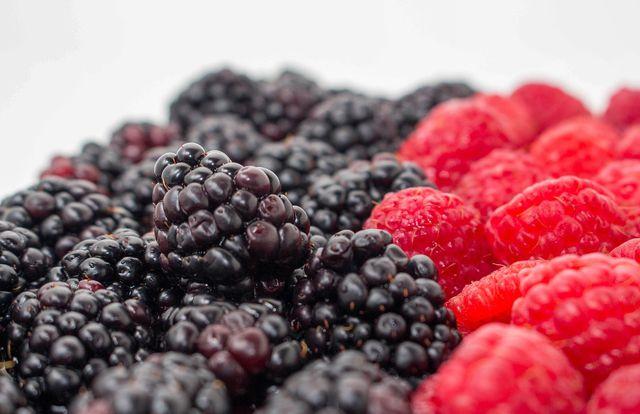 Brombeeren und Himbeeren sind eine beliebte Kombination in Desserts.