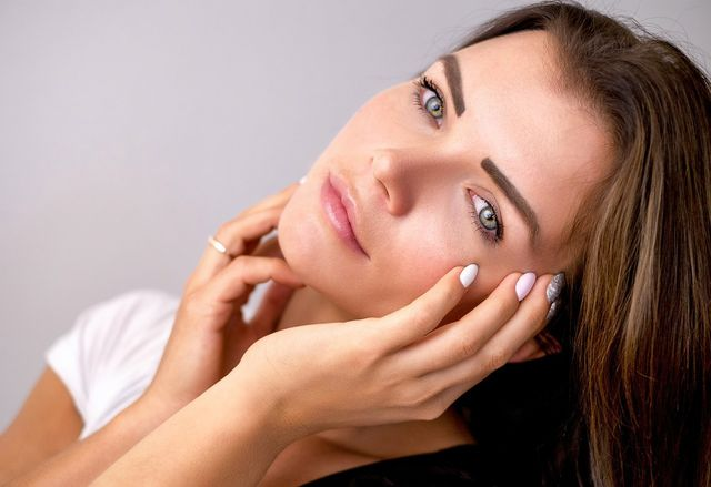 Besonders gegen Hautunreinheiten soll Hanföl helfen.