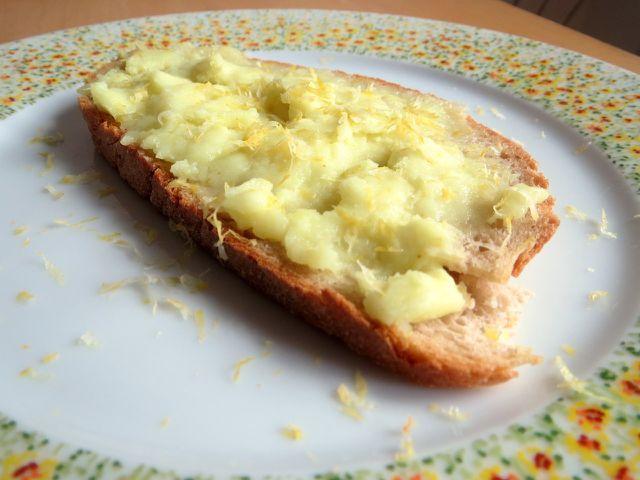 Besonders lecker schmeckt das vegane Lemon Curd, wenn du es zusätzlich mit frischen Zitronenzesten garnierst.