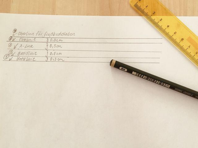 An diesen Hilfslinien kannst du dich orientieren, wenn du Kalligraphie lernen willst.