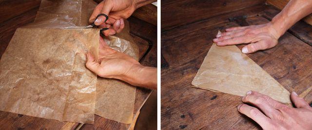 Für den Spritzbeutel aus Backpapier musst du zunächst ein Quadrat ausschneiden und diagonal falten.
