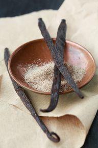 Du kannst die gezuckerte Kondensmilch zum Beispiel mit Vanille verfeinern.