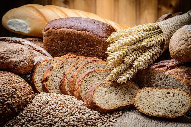 Vollkornbrot und Getreide sind gute Ballaststoff-Quellen.
