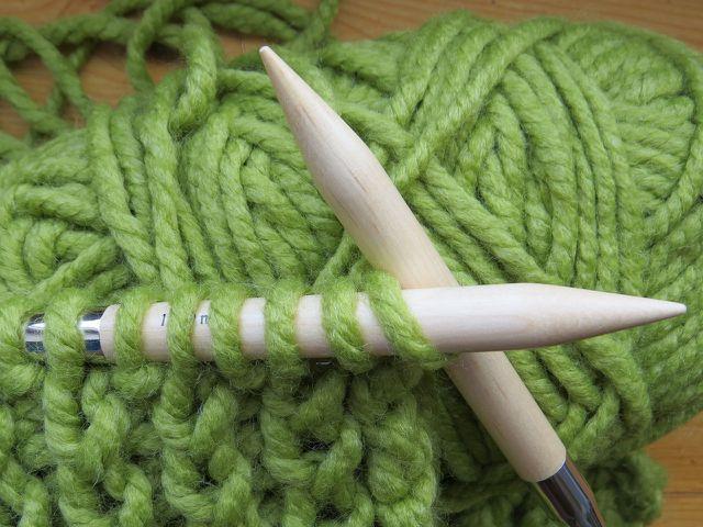 Tipp: Verwende am besten eine Rundstricknadel, um stricken zu lernen.