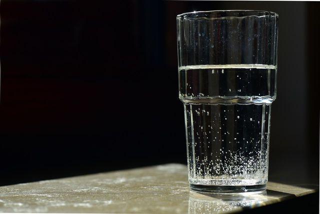 Mit warmen Salzwasser zu gurgeln, kann Halsschmerzen und leichte Erkältungen schnell lindern.