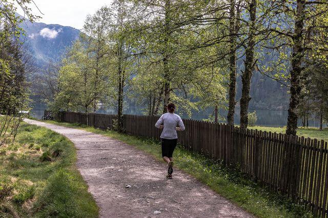 Natriummangel kann entstehen, wenn du nach dem Sport zu viel Flüssigkeit zu dir nimmst.