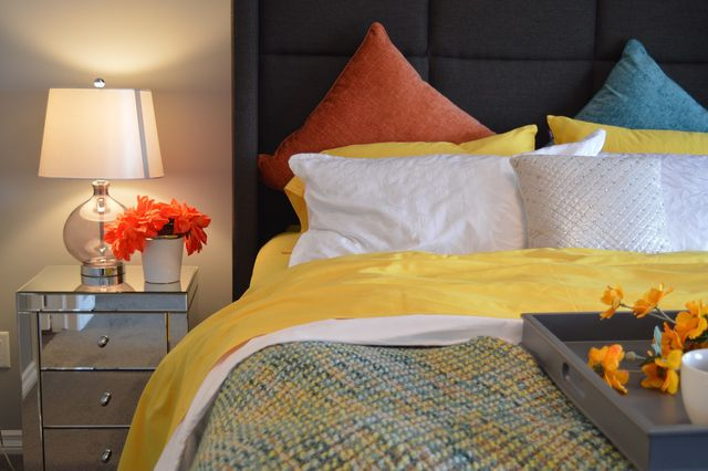 Lampen an mehreren Stellen verleihen einem kleinen Zimmer eine angenehme Atmosphäre.