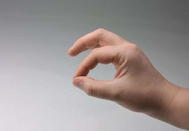 Eine Hand Daumen auf Zeigerfinger, die andere Daumen auf kleinen Finger