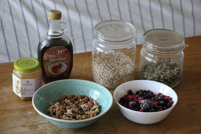 Wasser, Haferflocken und eine Prise Salz – das sind alle Zutaten, die du für Porridge brauchst.