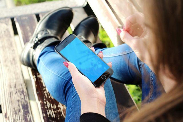 Lange auf das Smartphone starren kann auch zu Nackenschmerzen führen.