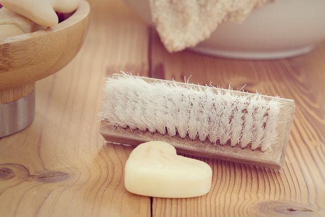 Massiere deine Problemzone mit einer trockenen Bürste gegen Cellulite.