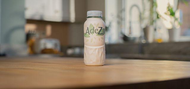 In Ungarn testet Coca-Cola den Prototyp der Papierflasche mit dem Getränk AdeZ