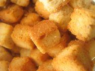 Goldbraun geröstete Croutons eignen sich gut als Topping auf Salaten oder Suppen.