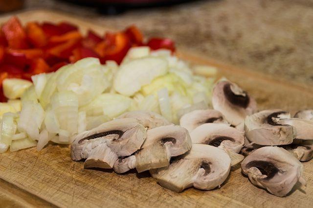 Bereite die Wrap-Füllung vor, indem du das Gemüse klein schneidest.