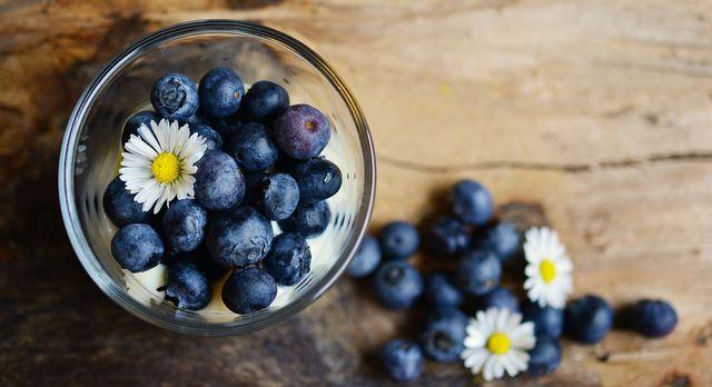 Einen Frühstücks-Smoothie mit Blaubeeren kannst du ganz unkompliziert selber machen.