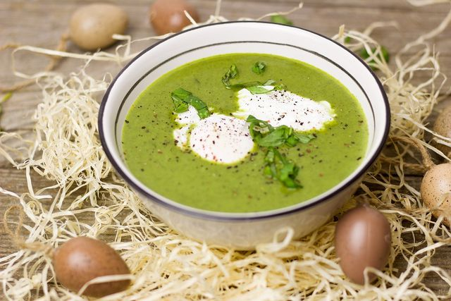 Spinatsuppe kannst du auch aus frischen Spinat zubereiten.