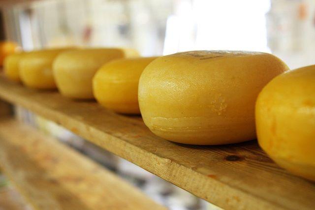 Tartrazin ist oft in der Rinde von Käse enthalten.