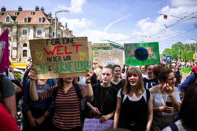 Auf Demonstrationen für Klimaschutz werben