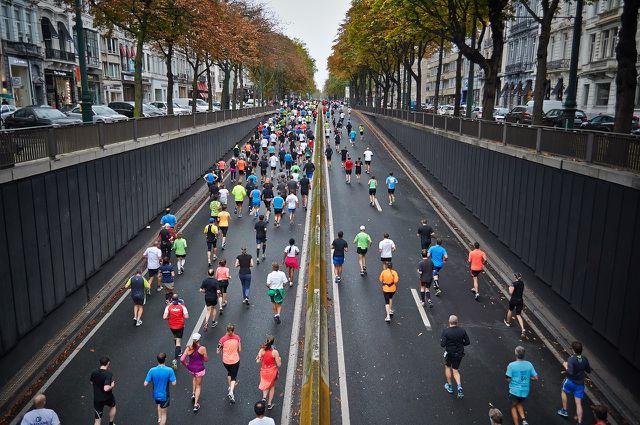 Wenn du einen Marathon läufst, musst du zwischendurch Flüssigkeit und Elektrolyte aufnehmen.