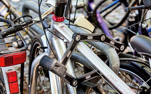 Das Fahrradschloss (hier: ein Faltschloss) möglichst weit oben anbringen: dann kann der Dieb schwerer in Deckung gehen