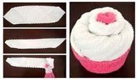 Als Geschenk zur Geburt kannst du einen Cupcake aus Söckchen und Waschlappen basteln.