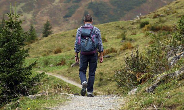 Bei nachhaltigen Wanderschuhen solltest du auf die Einhaltung ökologischer und sozialer Standards achten.