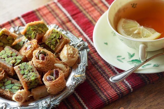Orientalische Süßseisen sind mit Rosenwasser zubereitet
