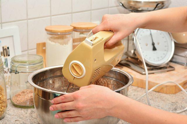 Mit dem Rührgerät lassen sich Butter und Zucker besser aufschlagen.