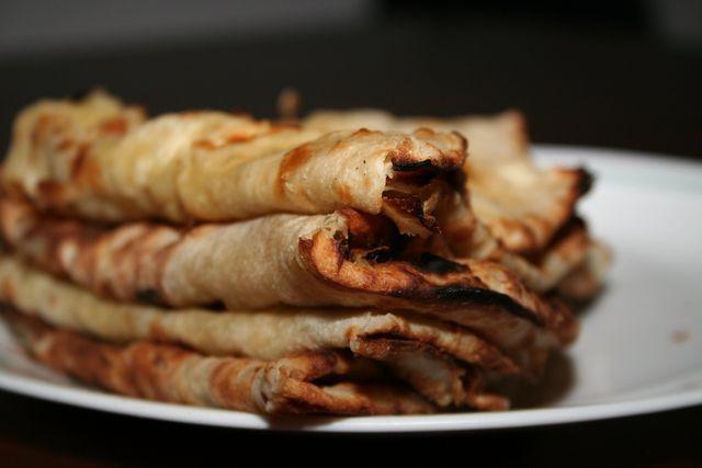Zu Korma passt zum Beispiel selbstgebackenes Naan.