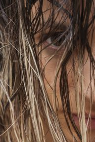 Bei fettigen Haaren kannst du mit Heilerde eine Haarkur anmischen.