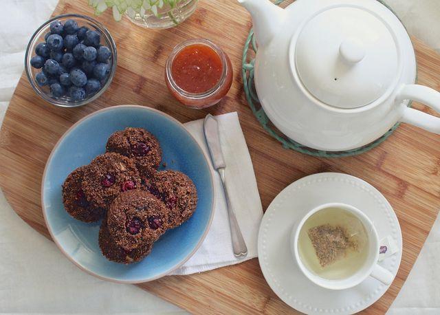 Muffins und handliches Obst sind leckere und praktische Zutaten fürs Frühstück im Bett.