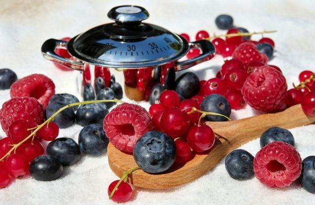 Kombiniere für Rote Grütze rote Früchte deiner Wahl.