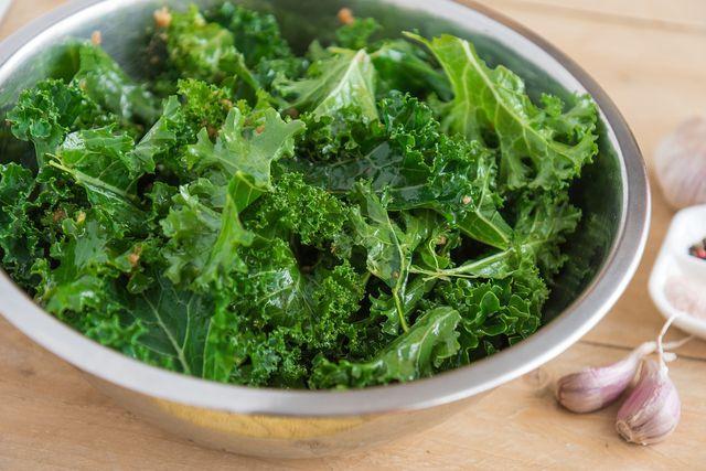 Für die Grünkohl-Suppe verwendest du die einzelnen Blätter des Grünkohls.