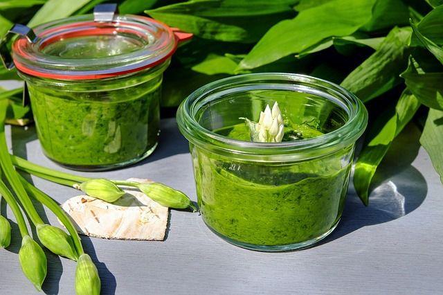 Basilikum-Pesto in verschiedenen Varianten.