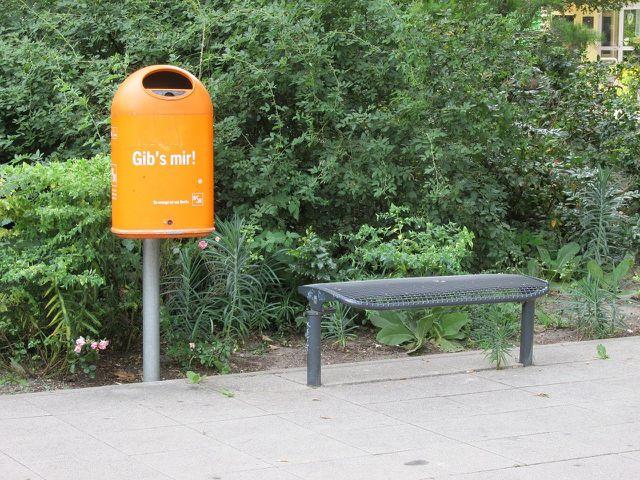 Berlin macht humorvoll auf Mülleimer aufmerksam.