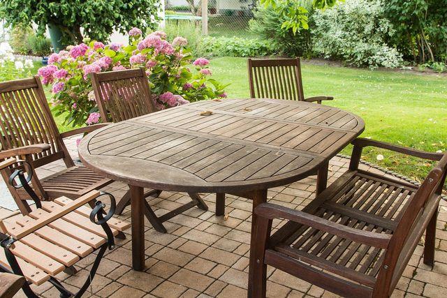 Da Lärchenholz relativ robust und witterungsbeständig ist, wird es gern für Gartenmöbel verwendet.