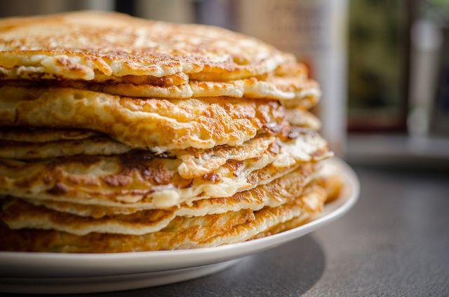 Für Kichererbsen-Pfannkuchen brauchst du nur wenige Zutaten.