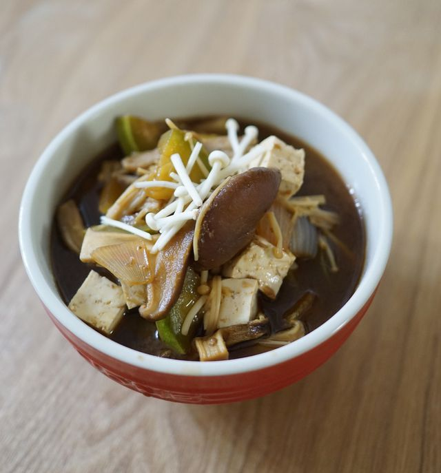 Tofuwürfel und Pilze sind passende Einlagen für Misosuppen.