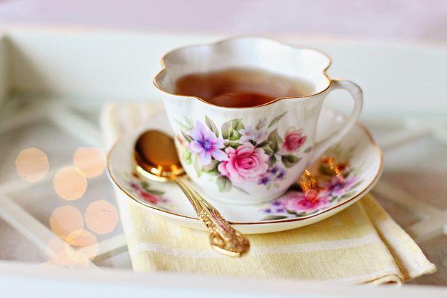 Lindenhonig passt gut zu einer Tasse Lindenblütentee.