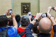 Populäre Sehenswürdigkeiten, wie die Mona Lisa in Paris, stellen Gründe für den Massentourismus dar.
