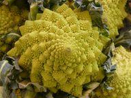 Auch Romanesco zählt zu den Blumenkohl-Sorten. Du kannst ihn ebenfalls roh essen.