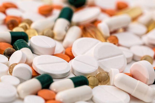 Auch eine Überdosis einiger Vitamine und Mineralstoffe kann sich gefährlich auf den Organismus auswirken. Nimm zusätzliche Präparate daher nur unter ärztlicher Aufsicht zu dir!