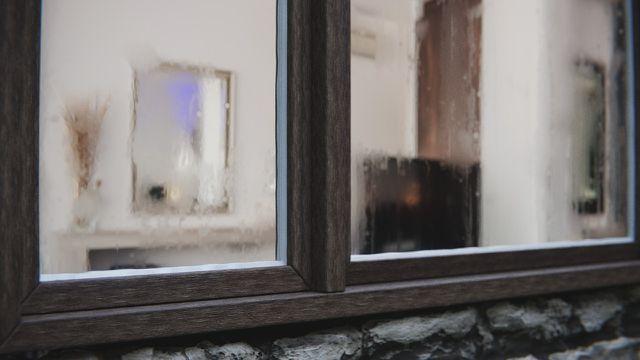 Stark beschlagene Fenster sind ein Zeichen für zu hohe Luftfeuchtigkeit.