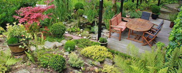 Gartenmöbel bestehen oft aus Akazienholz.