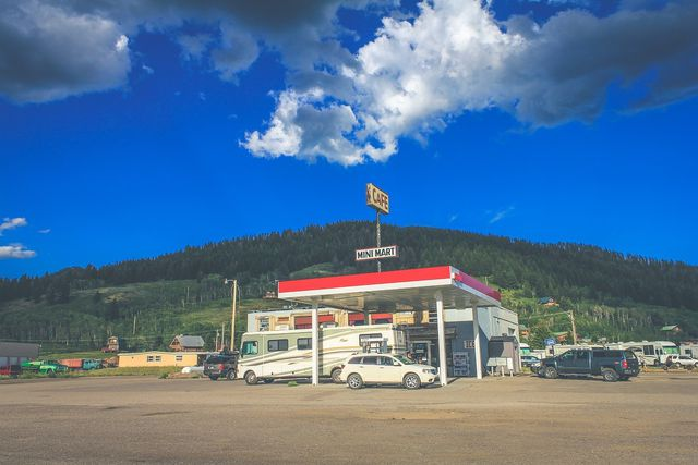 Raststätten und Tankstellen sind bestens zum Trampen geeignet.